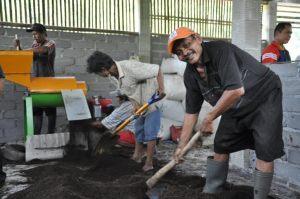Petani Desa Binaan Al-azhar Peduli Ummat Produksi 1 Ton Pupuk Secara Mandiri