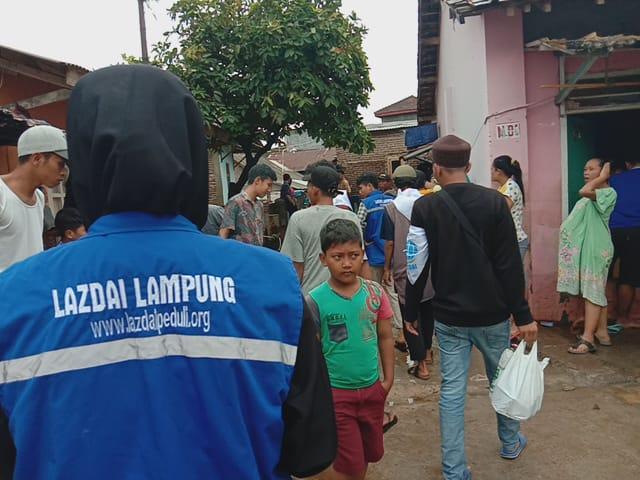 LAZDAI Lampung Salurkan Nasi Bungkus Bagi Warga Banjir Kaliawi