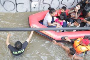IZI Evakuasi Korban Banjir dan Berikan Paket Makanan Untuk Korban Banjir Kramat Jati
