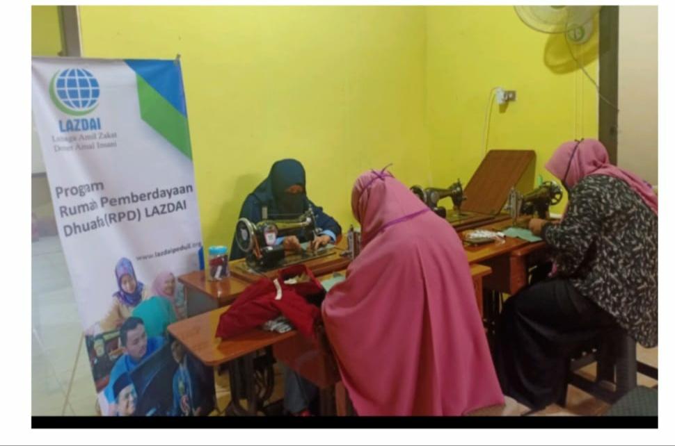 Bantu Dhuafa, Siswa Kelas Menjahit Binaan LAZDAI Lampung Bikin Masker Kain