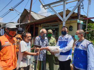 Jelang PSBB Surabaya, LMI dan YMI ITS Salurkan Sembako dan Edukasi Warga