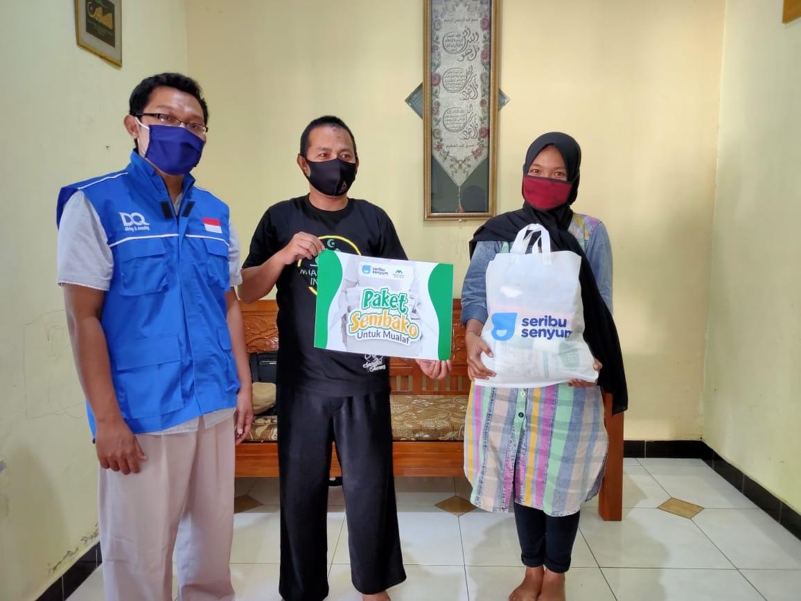 Puluhan Mualaf MCI Jawa Timur Dapat Bingkisan Sembako dari Serbu Senyum dan DQ