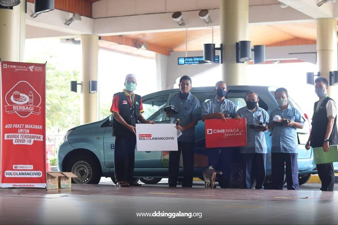 Bersama CIMB Niaga Syariah KCS Padang, DD Singgalang Bagikan 400 Paket Makanan