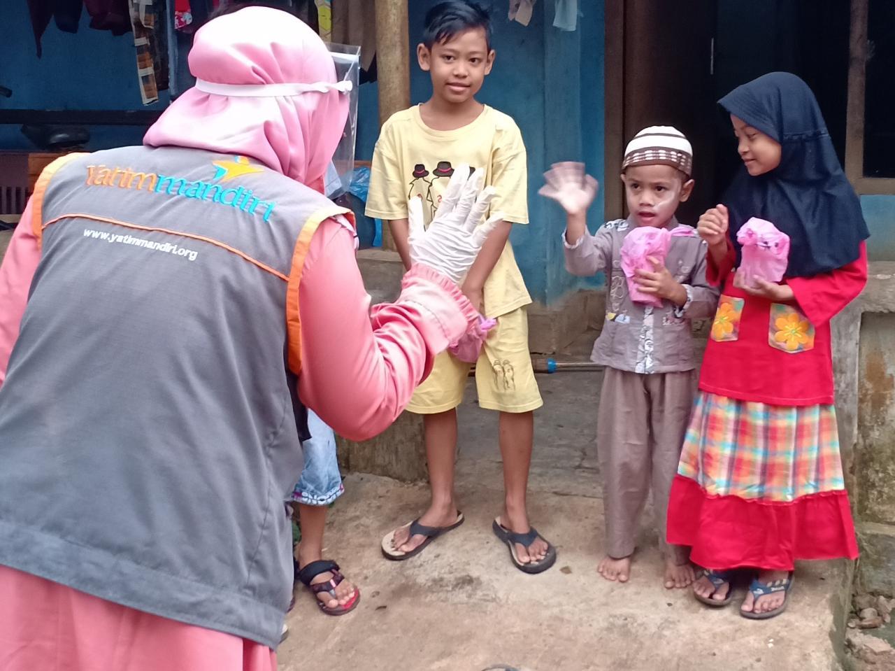 Yatim Mandiri Berbagi Paket Sembako di Kota Metro Lampung
