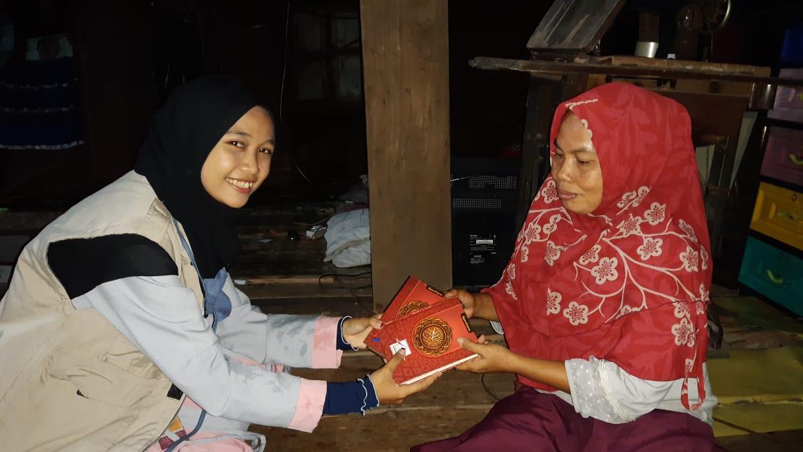 Bingkisan untuk Ustadzah Farida, Pengajar Qur'an yang Tinggal Seorang Diri di Rumah Tuanya