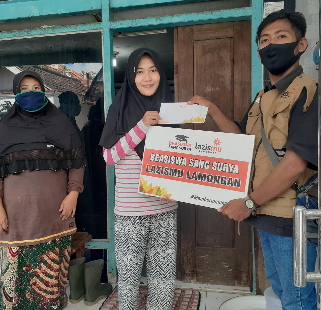 """Di tengah Pendemi, Lazismu Lamongan Tetap Salurkan Bantuan Beasiswa """"Sang Surya"""""""