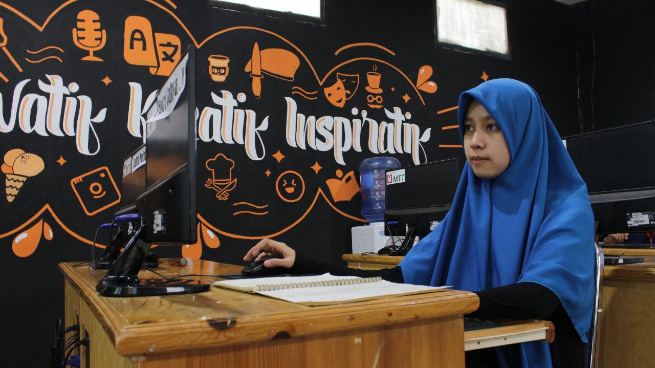 Kisah Putri, Penjual Es Pisang yang Kini Jadi Desainer Grafis Jempolan Berkat RGI