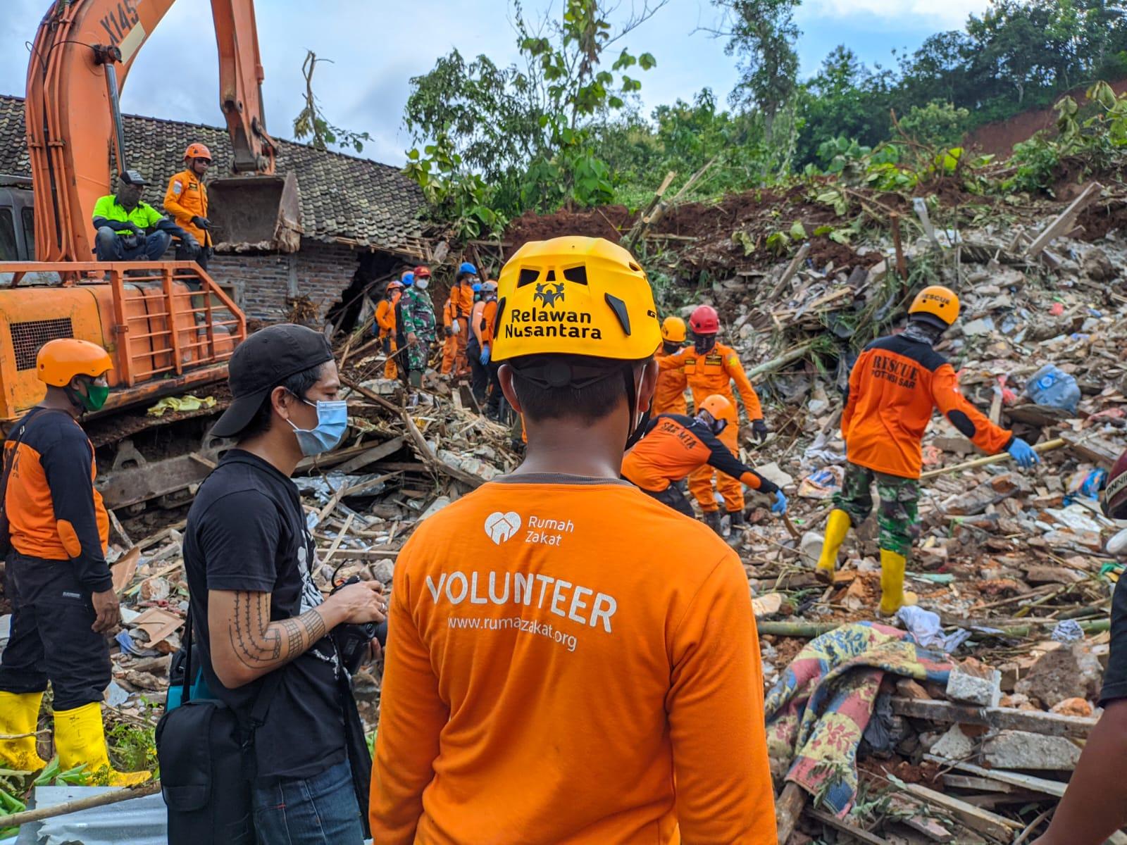 Relawan Rumah Zakat Bantu Evakuasi Korban Banjir dan Longsor Nganjuk