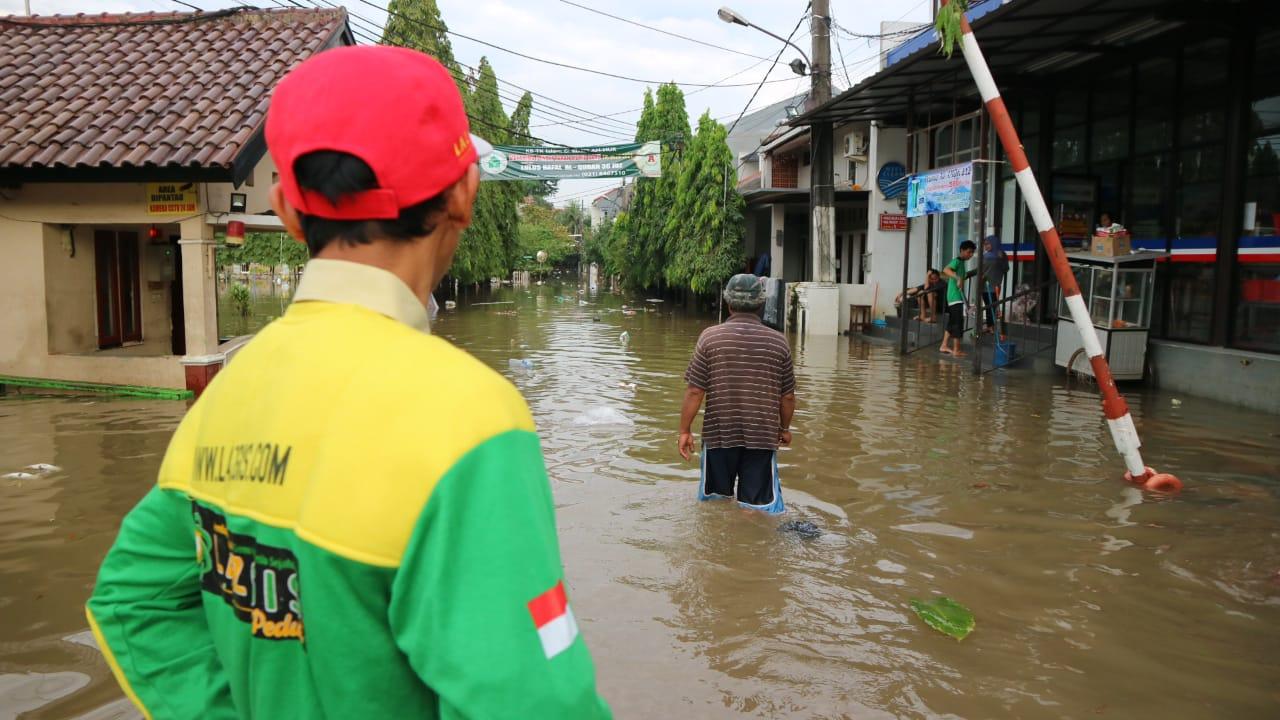Tujuh Kecamatan Karawang Terendam, LAZGIS Peduli Hadir untuk Evakuasi dan Distribusi Pangan