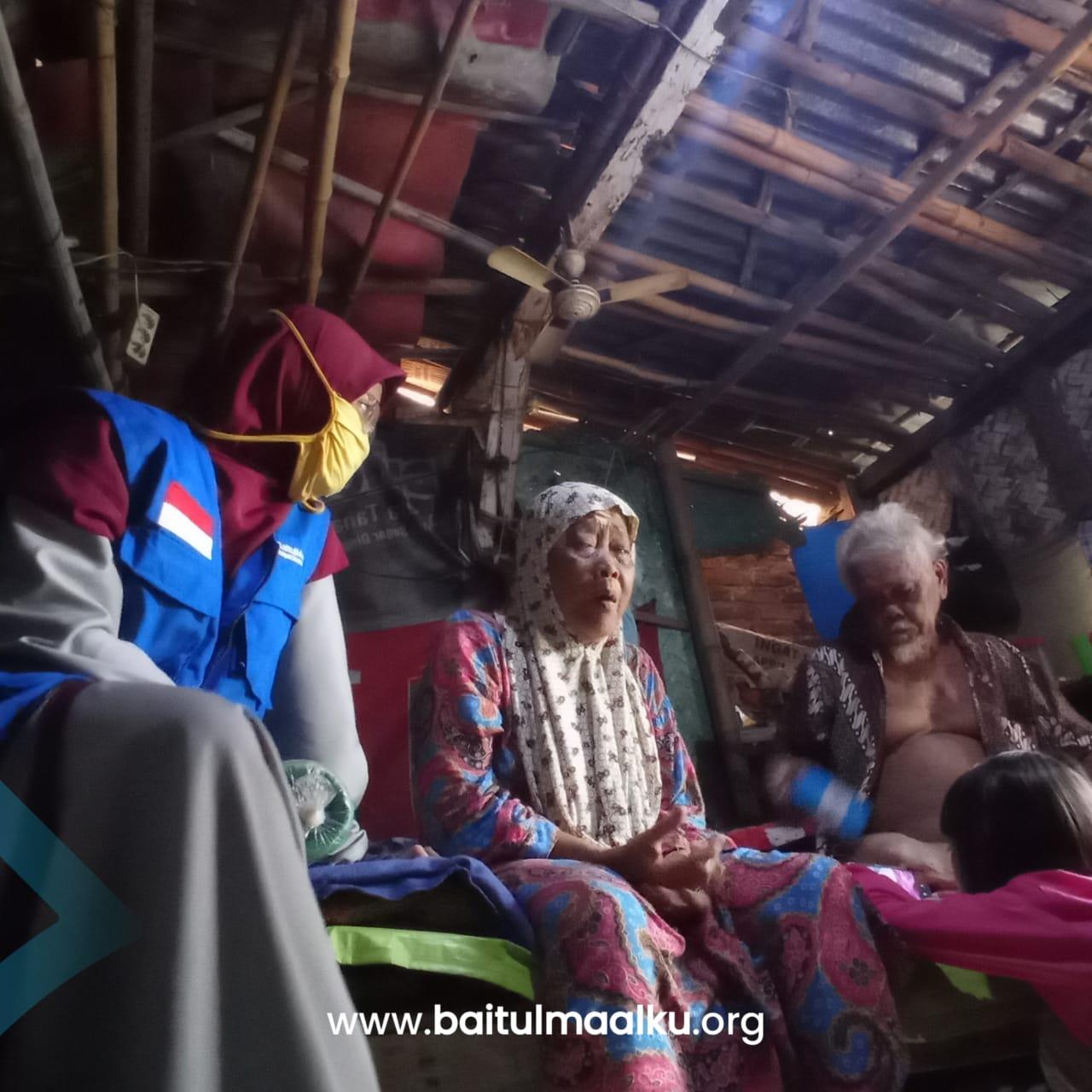 RQ Kaukab dan LAZ BaitulMaalKu Salurkan Kasur untuk Mak Iroh