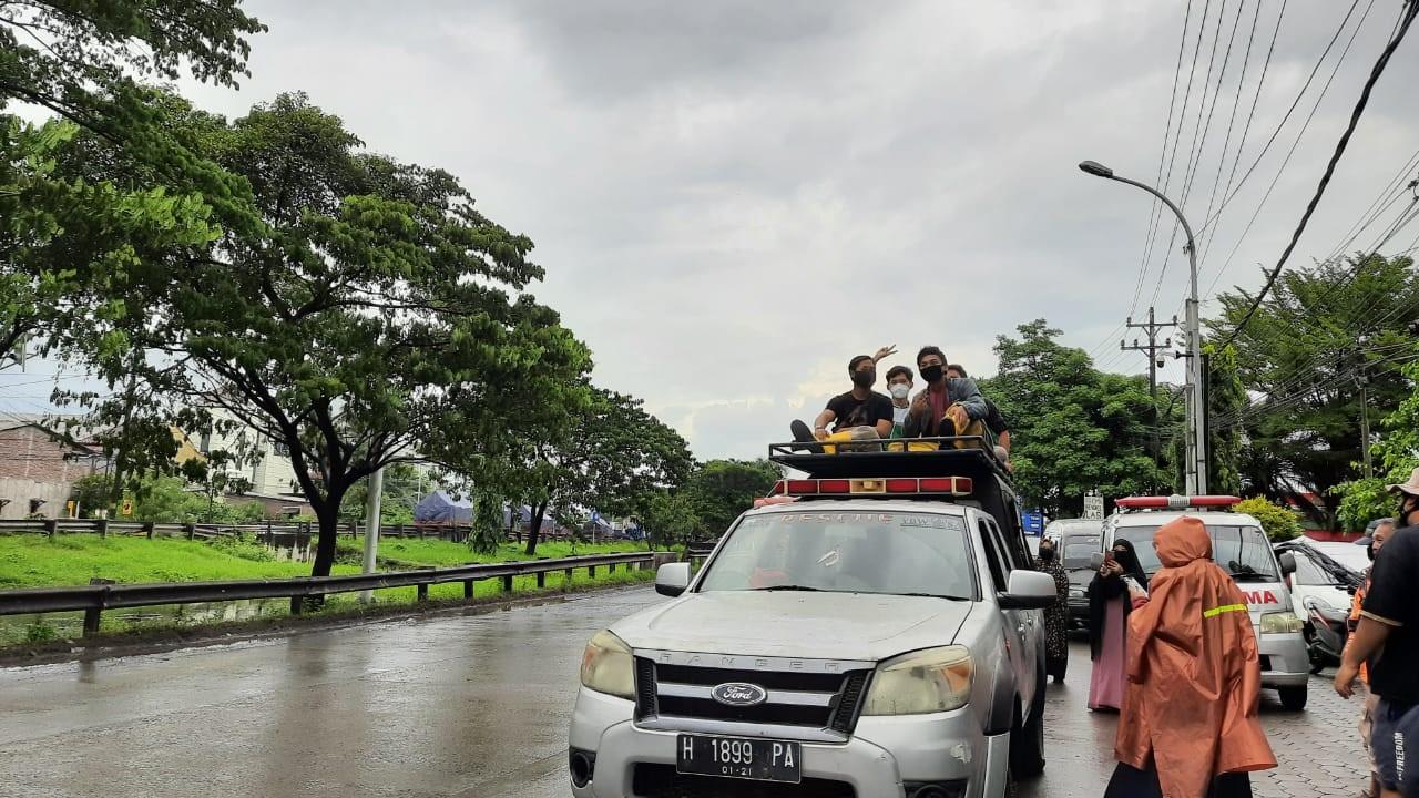 Genangan Air Makin Meninggi, Relawan LAZiS Jateng Sisir Rumah Warga Salurkan Bantuan