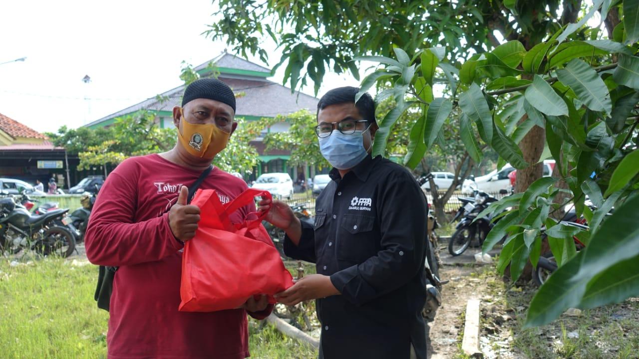 PPPA Darul Qur'an Salurkan Sembako untuk Guru Ngaji terdampak Banjir di Subang